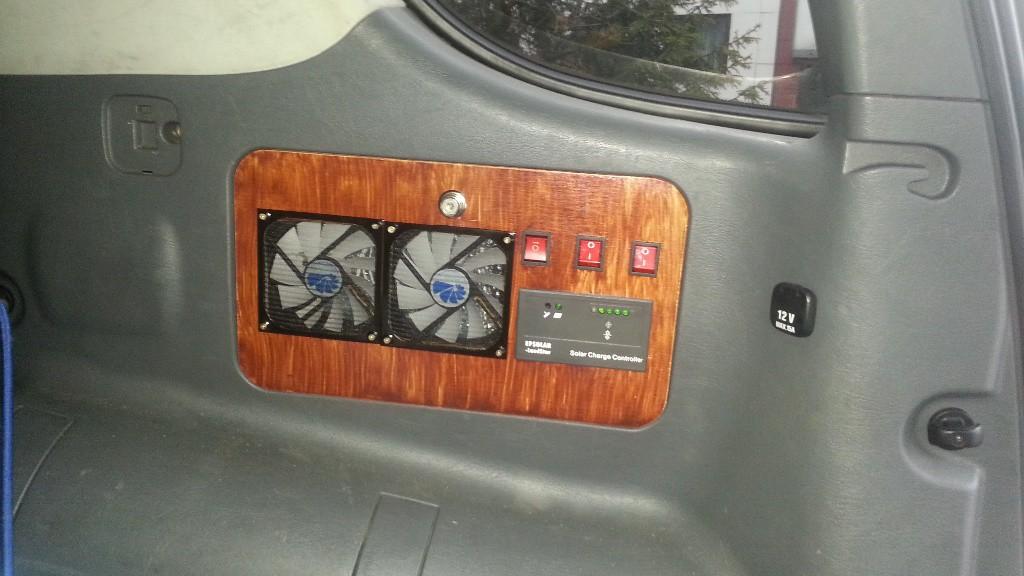 Założony kontrolnie panel, jeszcze bez podpięcia do instalacji samochodu. Za wentylatorami jest 2cm odstępu na wentylację.